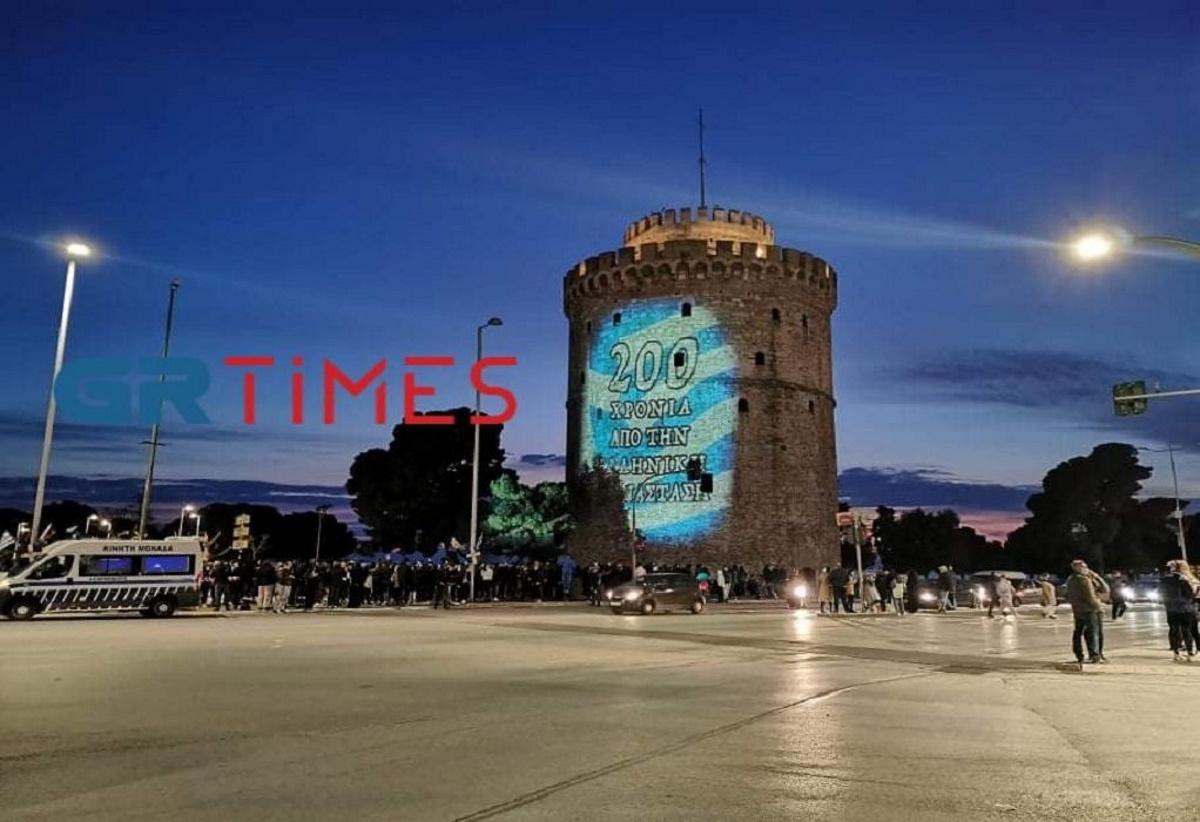 Εντυπωσιακό θέαμα με τη φωταγώγηση του Λευκού Πύργου στα χρώματα της Ελλάδας