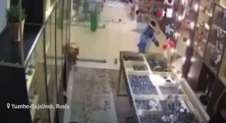 Απίστευτο σκηνικό: Πλήρωσε ανήλικους να ντυθούν μονόκεροι και να της ληστέψουν το κοσμηματοπωλείο (vid)