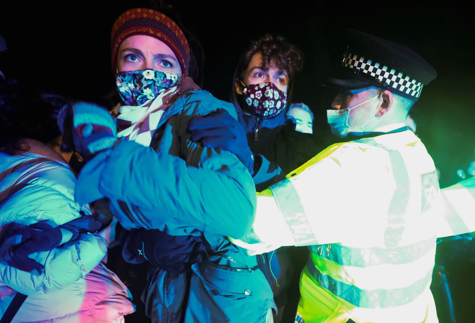 «Βράζει» το Λονδίνο κατά της Σκότλαντ Γιάρντ – Βίαιη επέμβαση σε πλήθος γυναικών