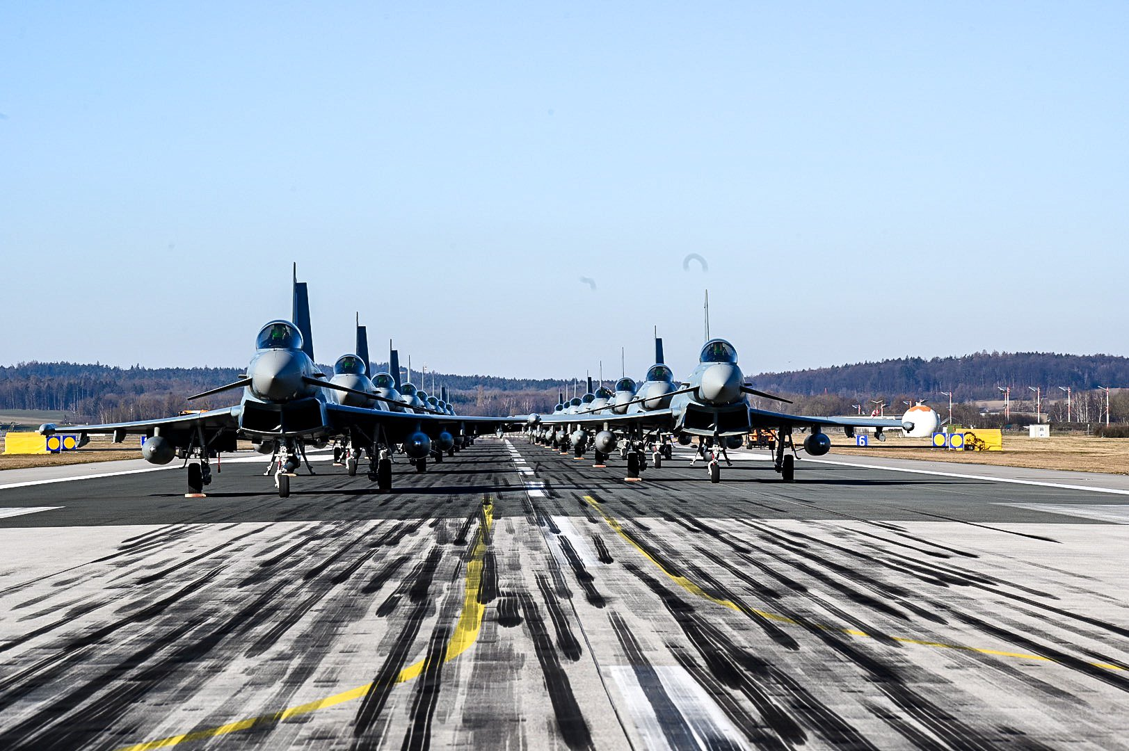 Απίστευτο κράξιμο στους Γερμανούς για τη μαζική απογείωση… παρκαρισμένων Eurofighters! (pics)