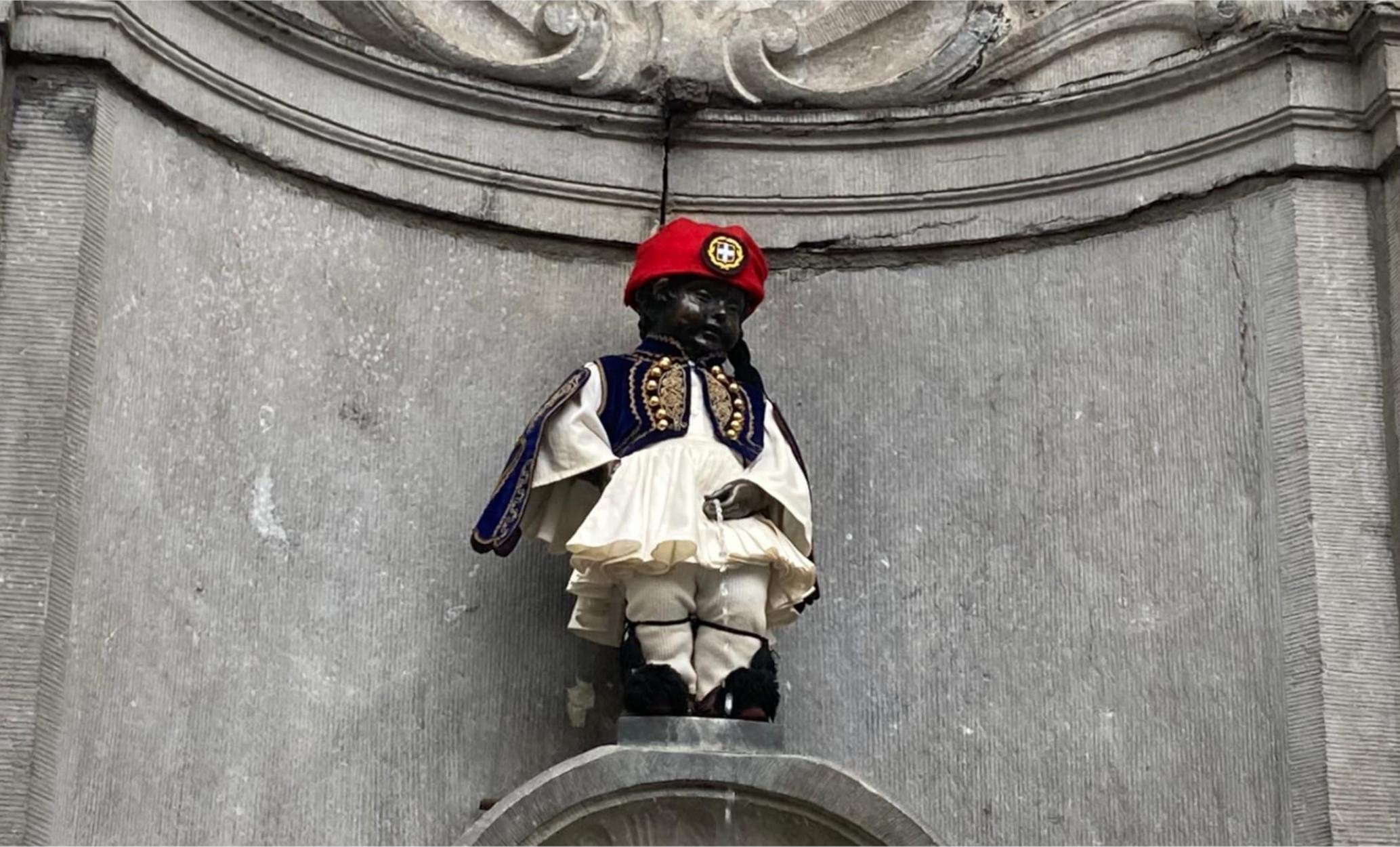 Βρυξέλλες: Ντύθηκε τσολιαδάκι το διάσημο Manneken Pis για την 25η Μαρτίου (pics)