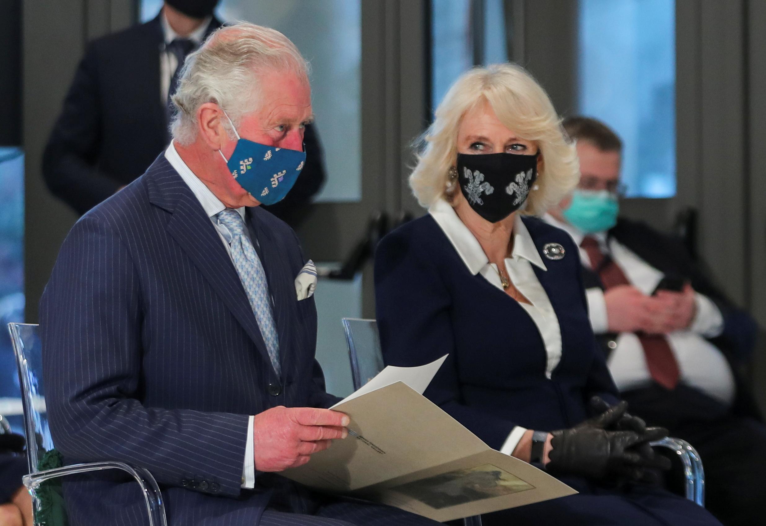 Τι συμβολίζουν οι μάσκες του Πρίγκιπα Καρόλου και της Καμίλα (pics)