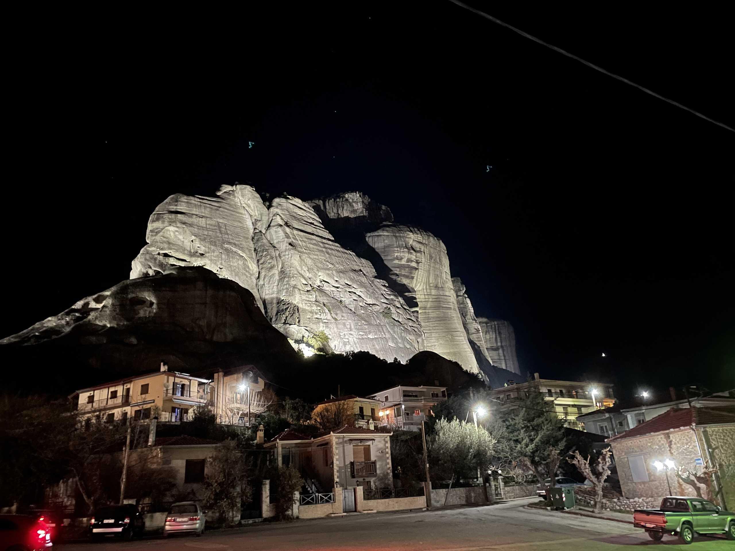 Σεισμός – Μετέωρα: Ντοκουμέντο τη στιγμή της αποκόλλησης βράχου – Έπεσε πολύ κοντά σε σπίτια (pic, video)
