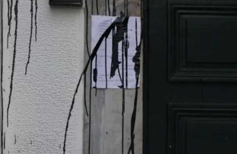 Βόλος: Επίθεση με μπογιές στο δικαστικό μέγαρο – Κάμερες κατέγραψαν τις κινήσεις των δραστών