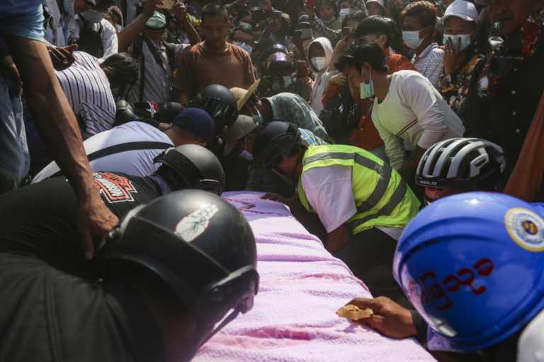 Θρήνος στη Μιανμάρ για τη 19χρονη διαδηλώτρια – σύμβολο (pics)