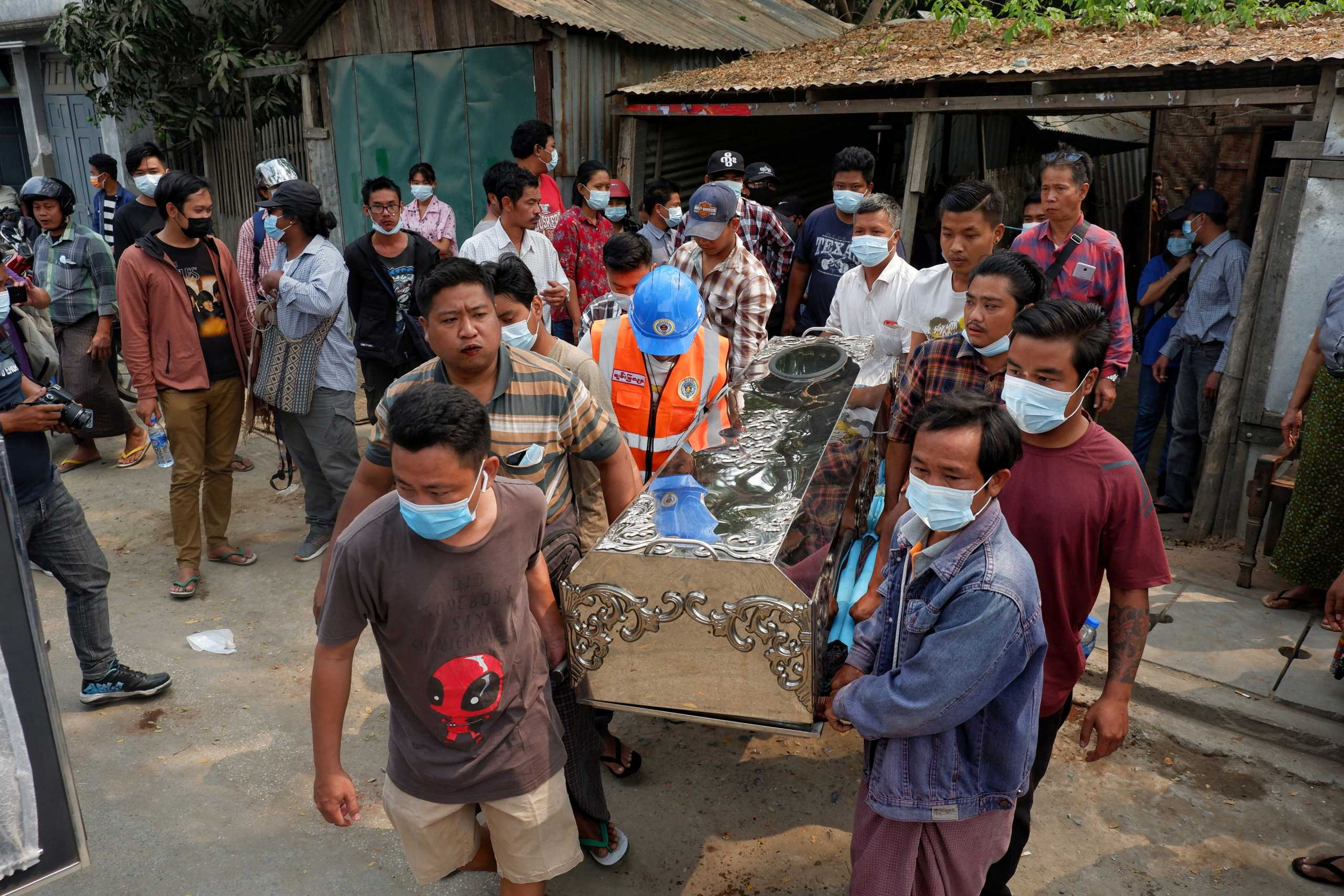 Πραξικόπημα Μιανμάρ: «Λουτρό αίματος» στην Ρανγκούν – ΟΗΕ και ΗΠΑ καταδικάζουν τη βία κατά των διαδηλωτών (pics, vids)
