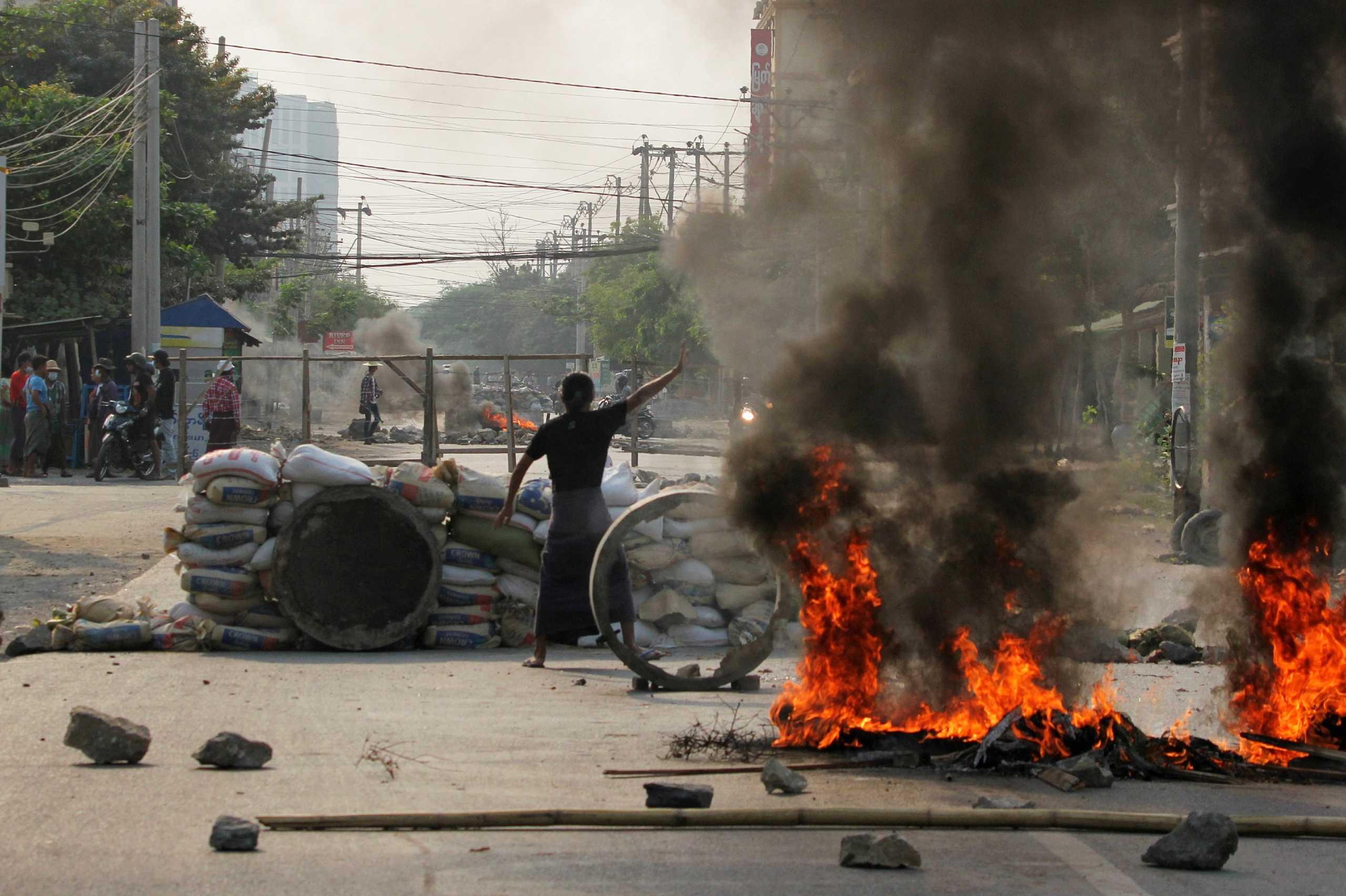 Πραξικόπημα Μιανμάρ: Συνεχίζονται οι διαδηλώσεις – Ελεύθερος αφέθηκε δημοσιογράφος του BBC (pics, vids)