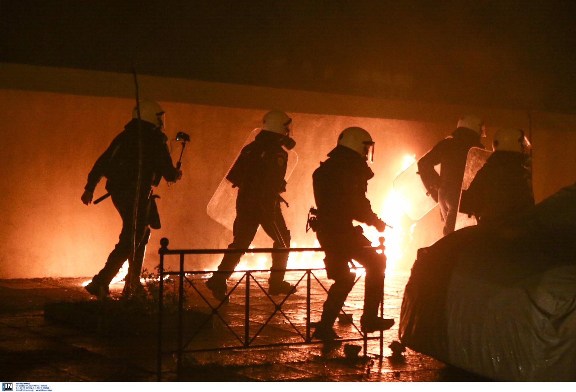 Πεδίο μάχης η Νέα Σμύρνη: Μολότοφ, χημικά φωτιές και πετροπόλεμος –  Τραυματίας ένας αστυνομικός