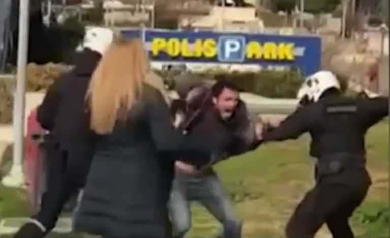 Νέα Σμύρνη: Σοκάρει η γυναίκα που πήγε να υπερασπιστεί τον νεαρό από τους αστυνομικούς (video)
