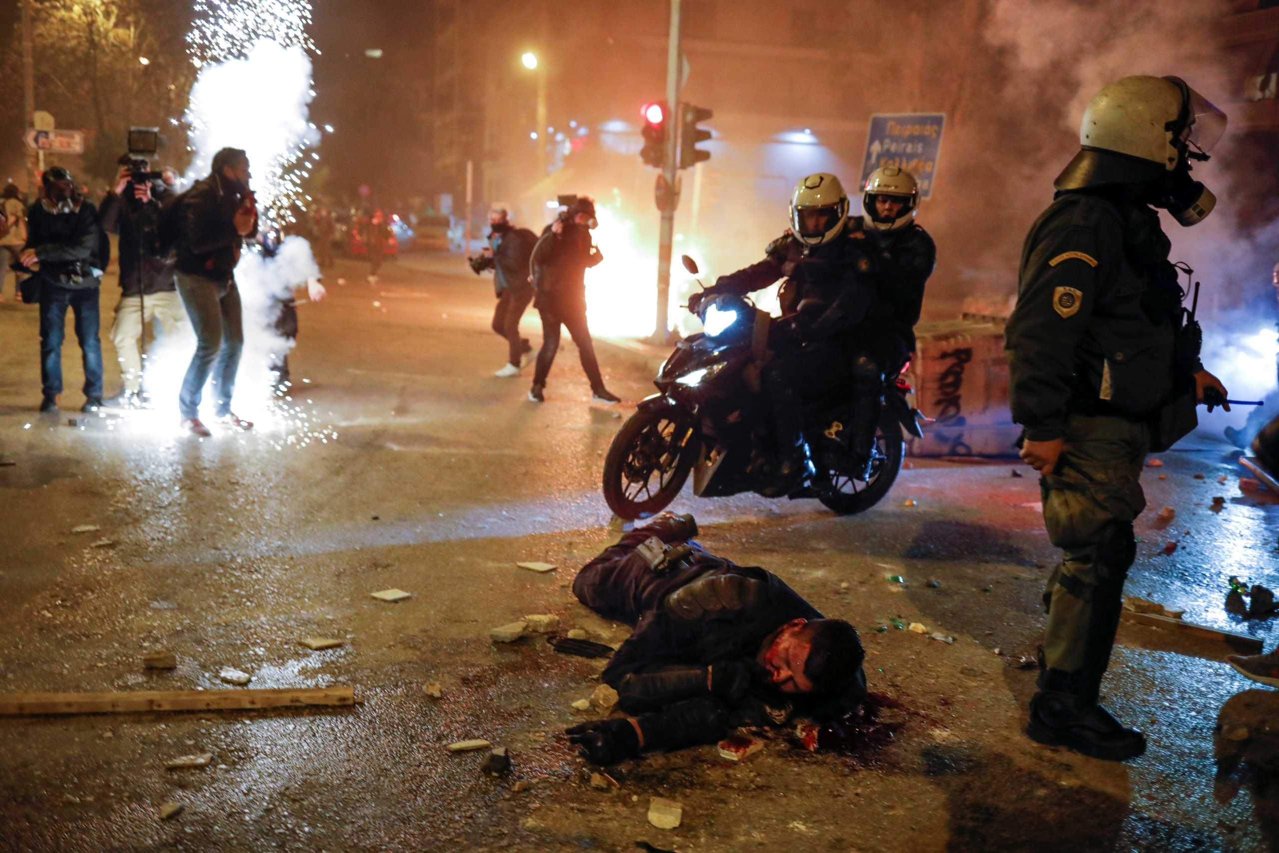 Νέα Σμύρνη: «Πάρτε του το όπλο» – Σοκάρουν τα λόγια των δραστών του ξυλοδαρμού του αστυνομικού