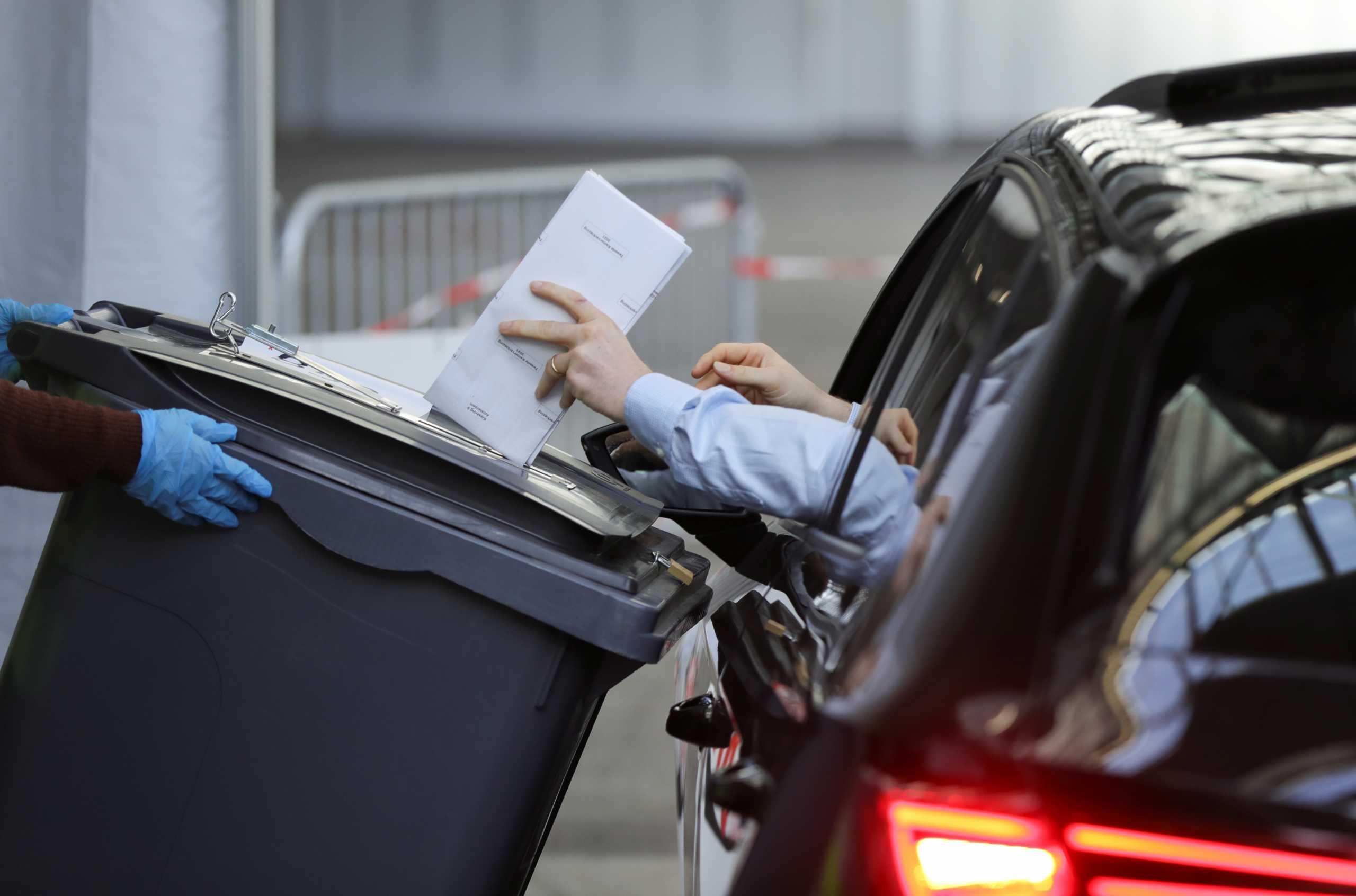 Ολλανδία: Τελευταία μέρα εκλογών – Κάλπες σε εκκλησίες, μουσεία και… drive  through (pics)
