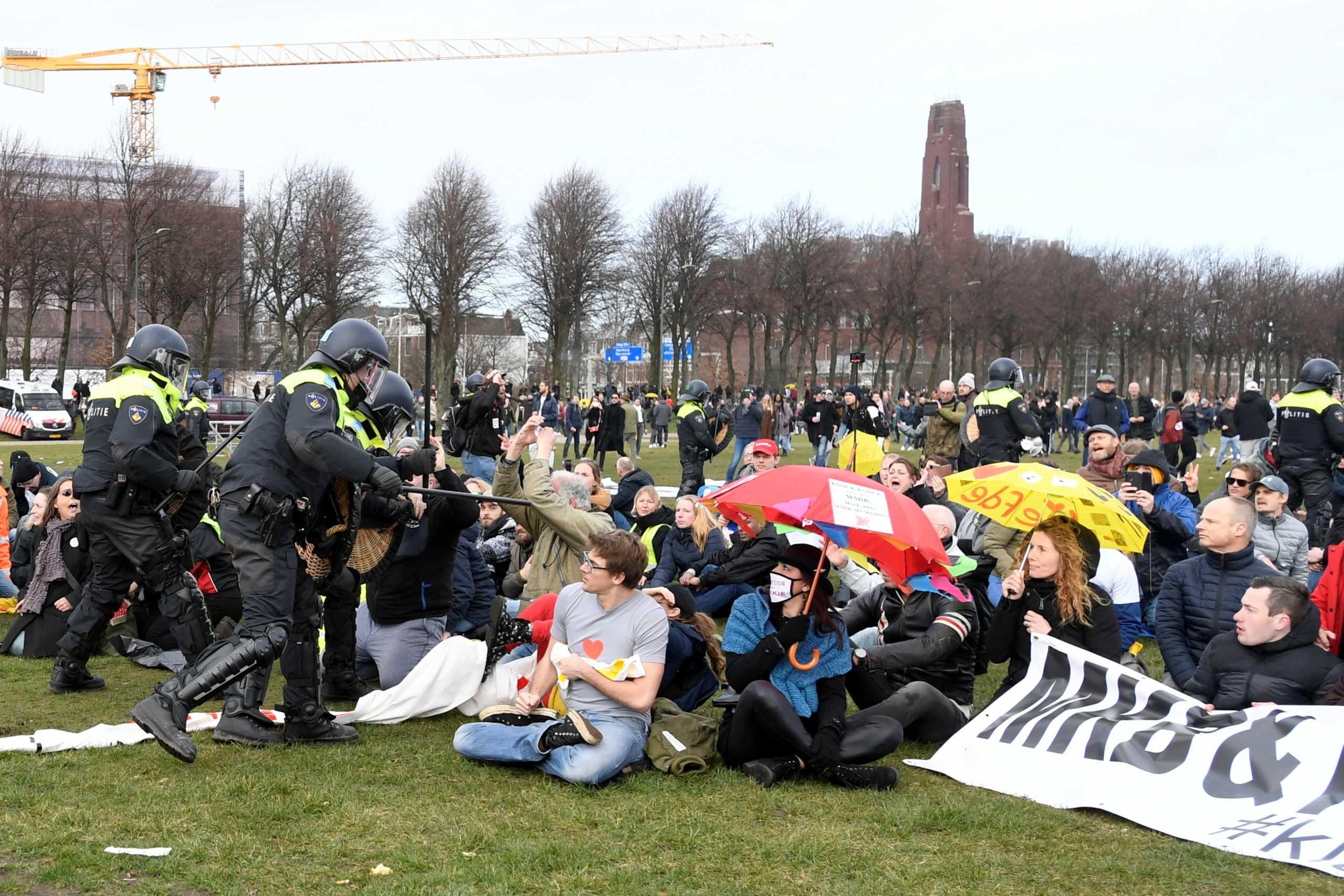 Χάγη: Η αστυνομία διέλυσε συγκέντρωση διαμαρτυρίας για τα μέτρα κατά του κορονοϊού