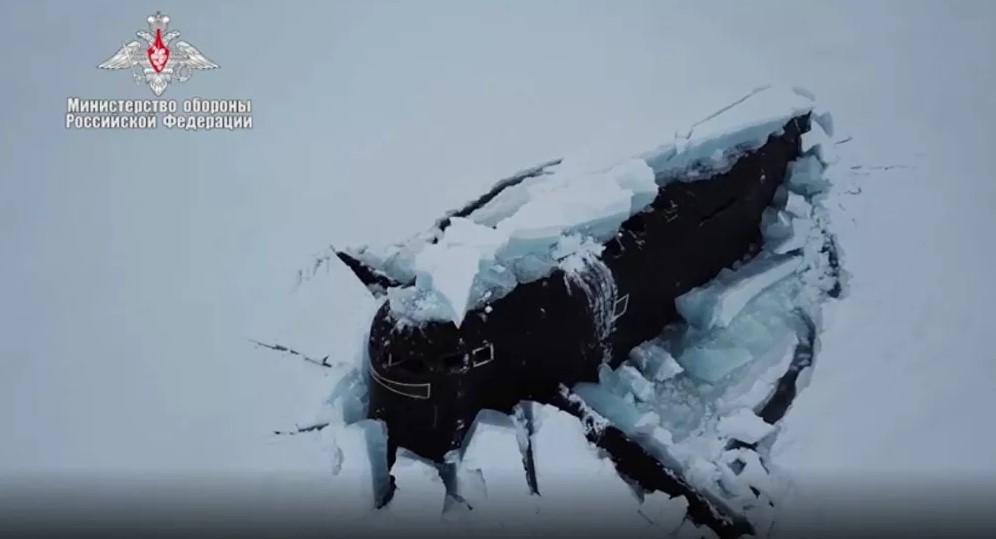 Έγραψαν ιστορία οι Ρώσοι: Πυρηνικά υποβρύχια σπάνε τον πάγο στην Αρκτική! video
