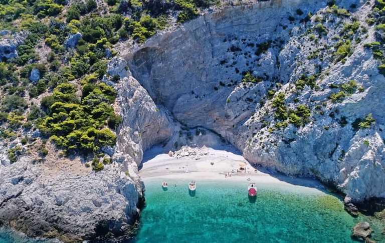 """Η παραλία με το μυστηριώδες όνομα που μοιάζει να """"απέδρασε"""" από το Ιόνιο"""