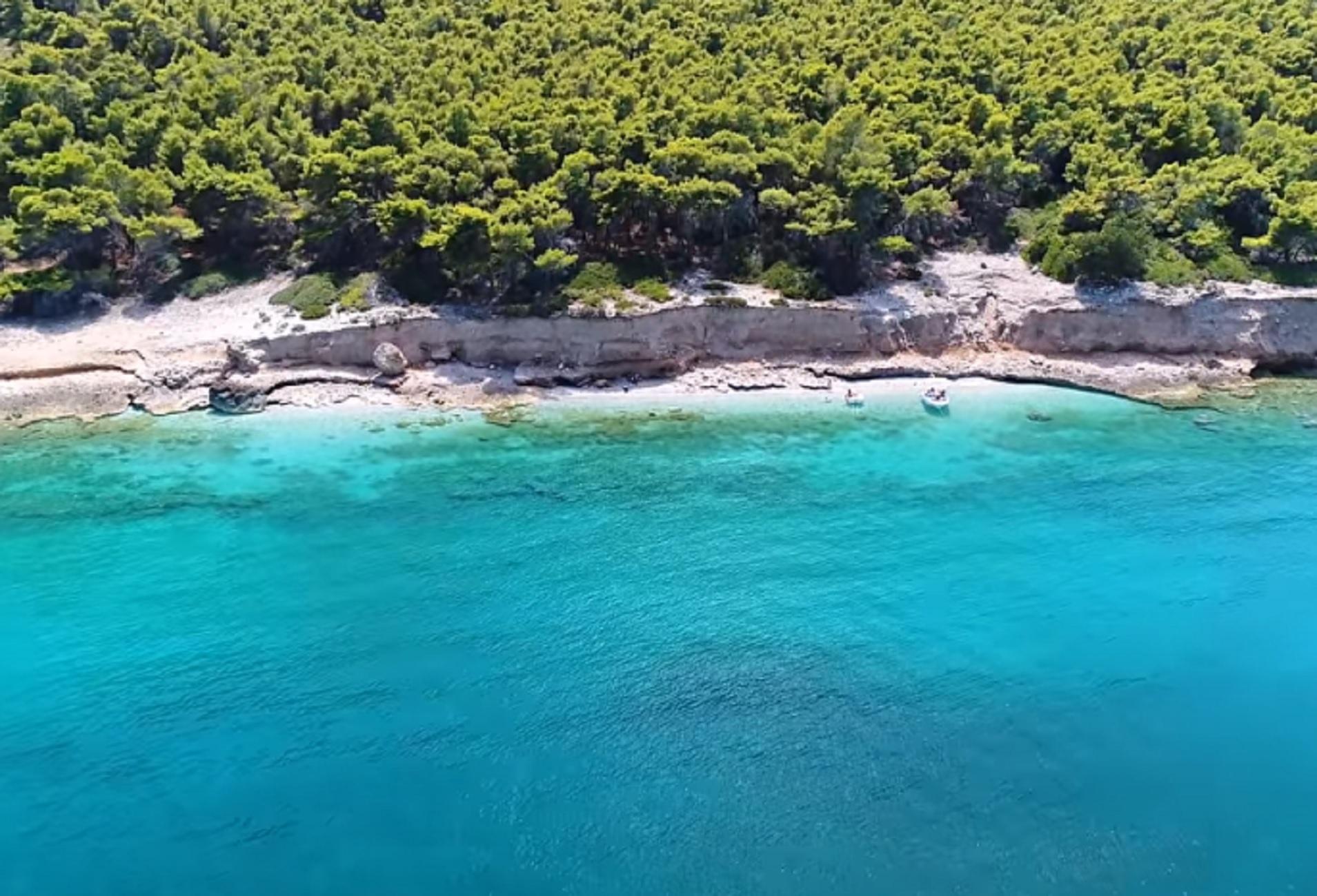 Κορινθία: Η εκπληκτική παραλία που βρίσκεται μιάμιση ώρα από την Αθήνα – Βουτιές σε τιρκουάζ νερά (video)