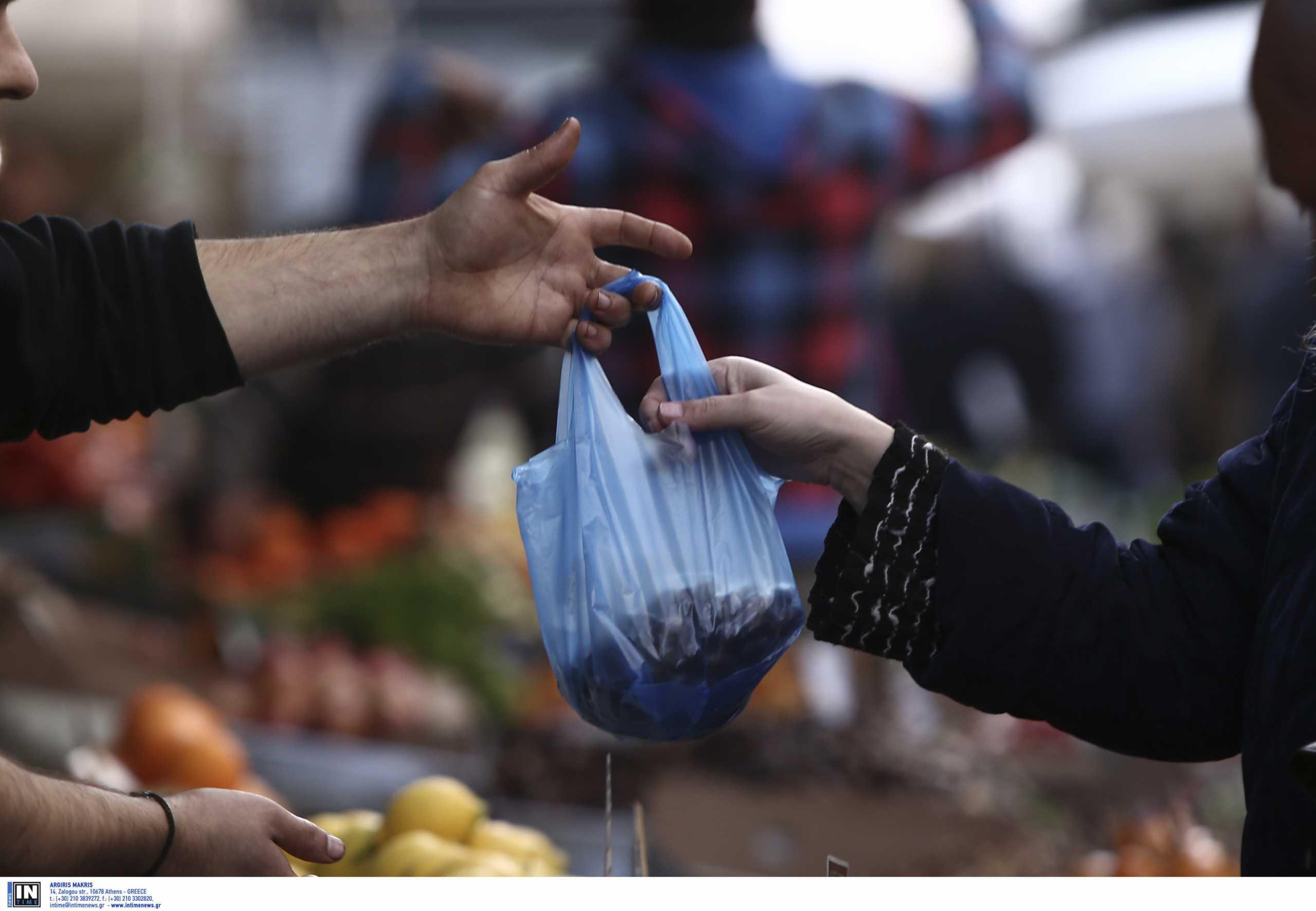 Θεσσαλονίκη: Λαϊκές αγορές με μαύρες σημαίες – Στο βάθος απεργίες και σκέψεις για αποχή από τους πάγκους