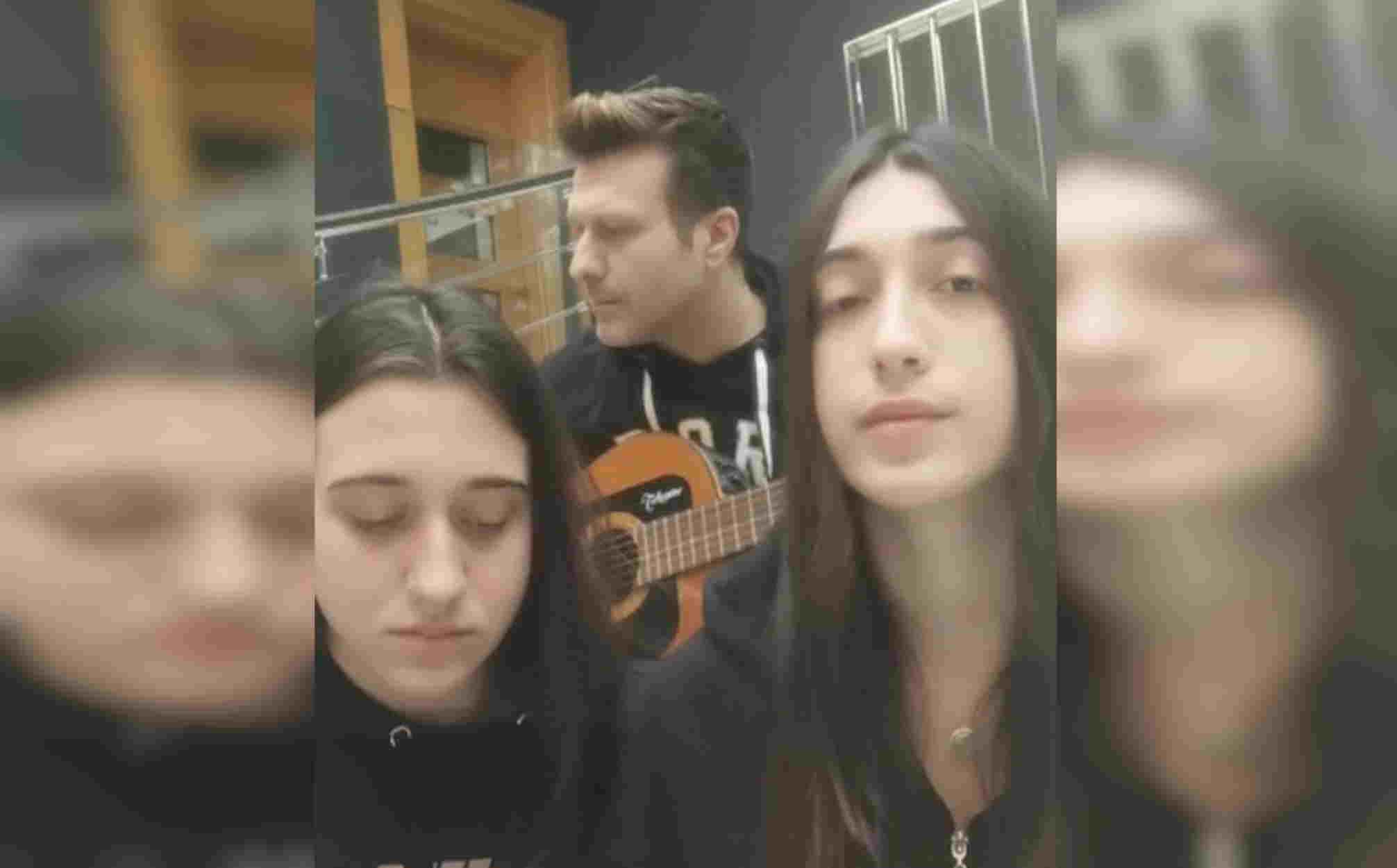 Γιάννης Πλούταρχος: Και η δεύτερη κόρη του τραγουδάει εκπληκτικά – Το βίντεο που έχει σαρώσει