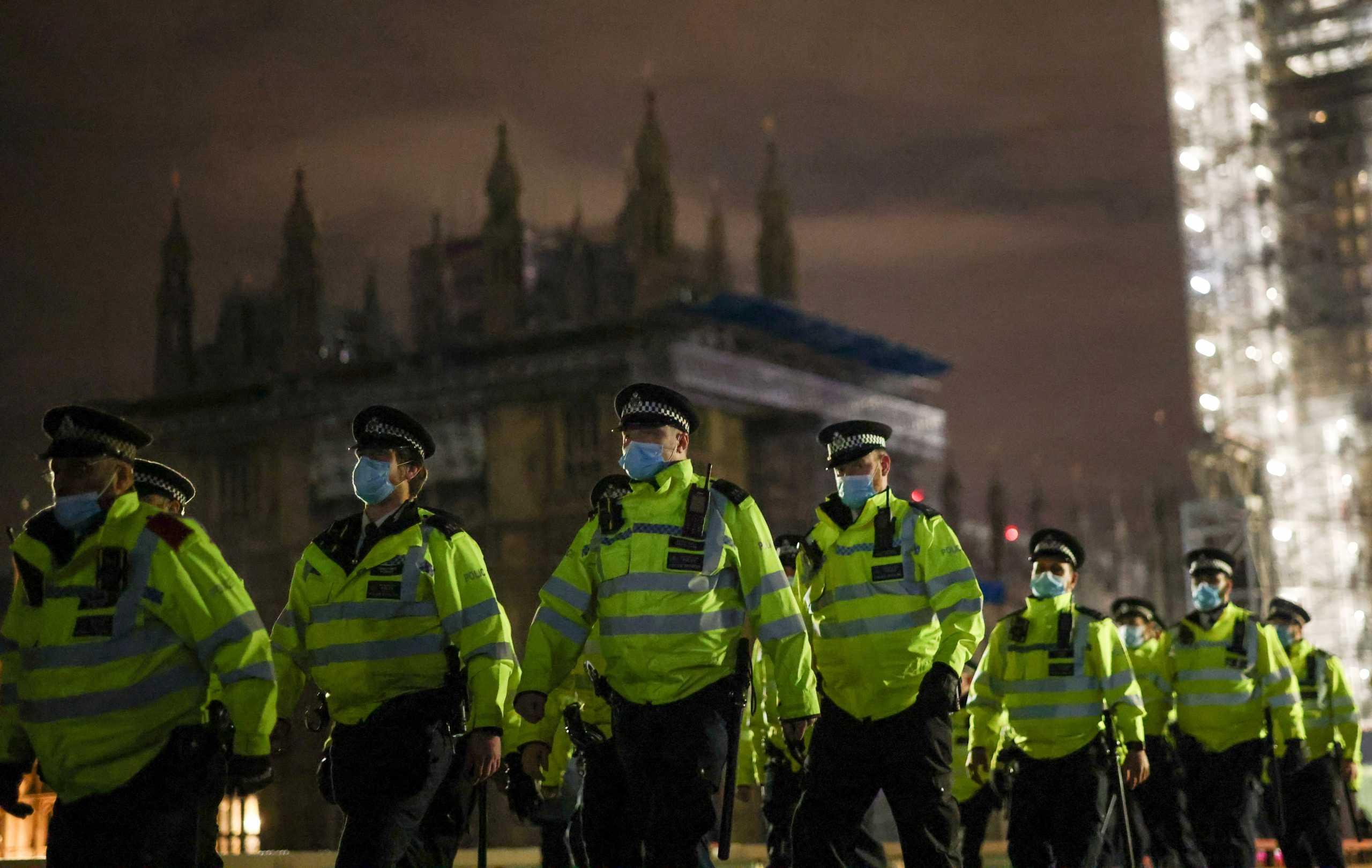 """Βρετανία: """"Γελοία"""" τα σχέδια της κυβέρνησης για μυστικούς αστυνομικούς σε μπαρ για την προστασία των γυναικών"""