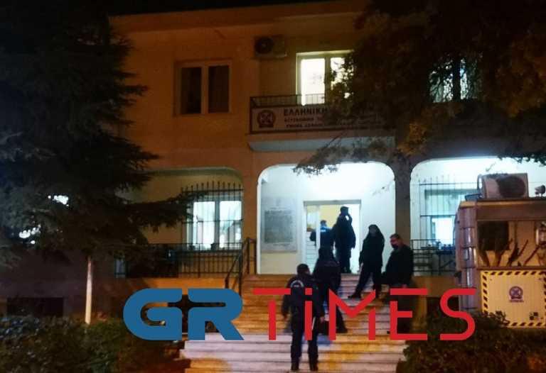 Θεσσαλονίκη: Συνθήματα και πέτρα κατά του ΑΤ Πυλαίας (video)