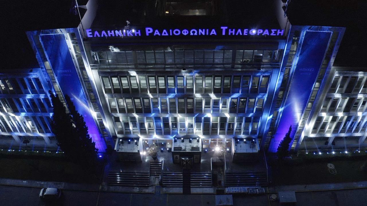 Το Ραδιομέγαρο της ΕΡΤ «ντύθηκε» στα χρώματα της γαλανόλευκης