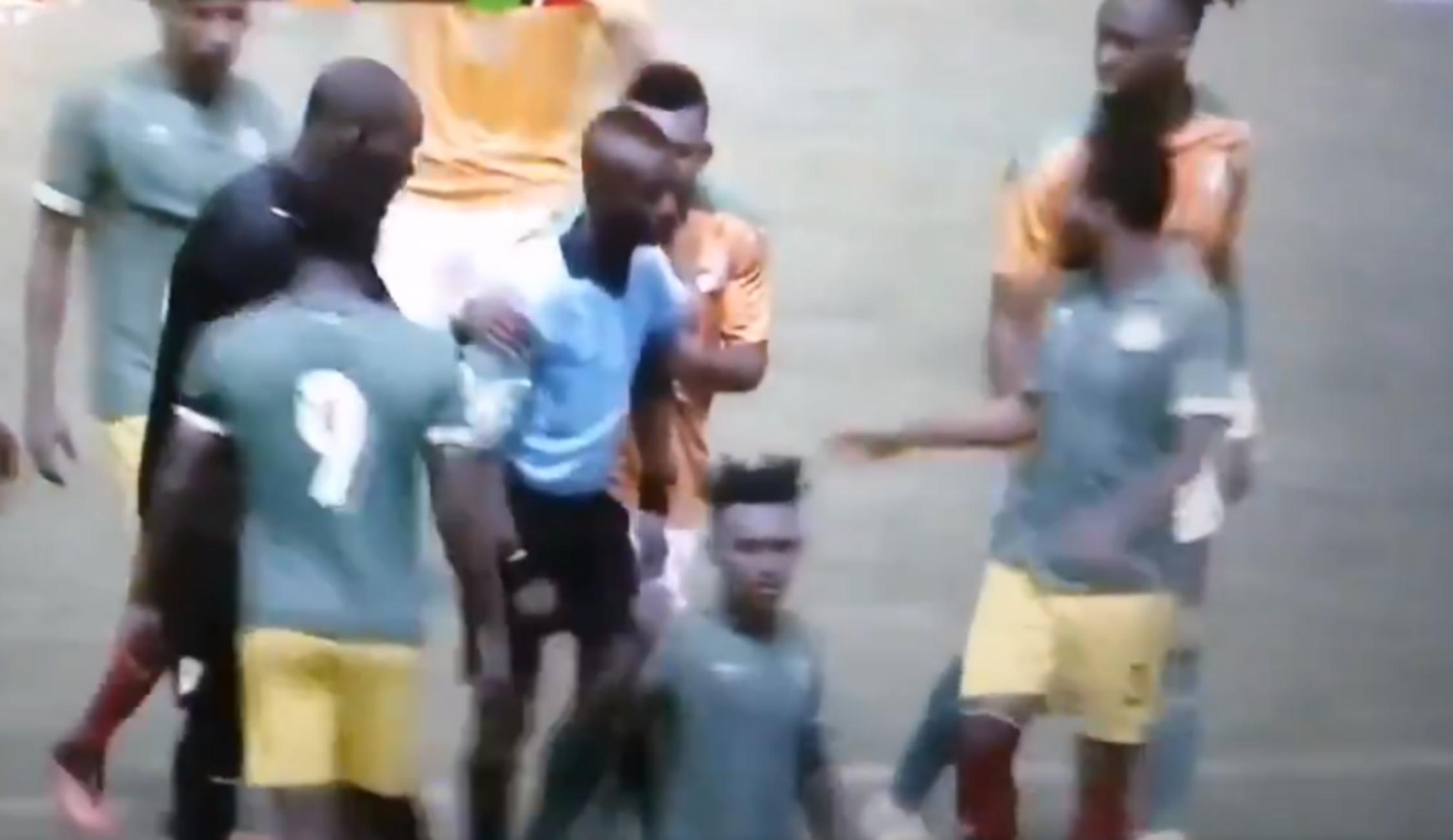 «Πάγωσαν» με διαιτητή που κατέρρευσε στο γήπεδο (video)