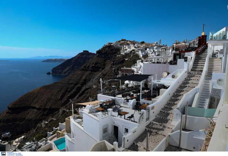 Τουρισμός: Στο «περίμενε» η Ελλάδα για να μπει στην Βρετανική πράσινη λίστα