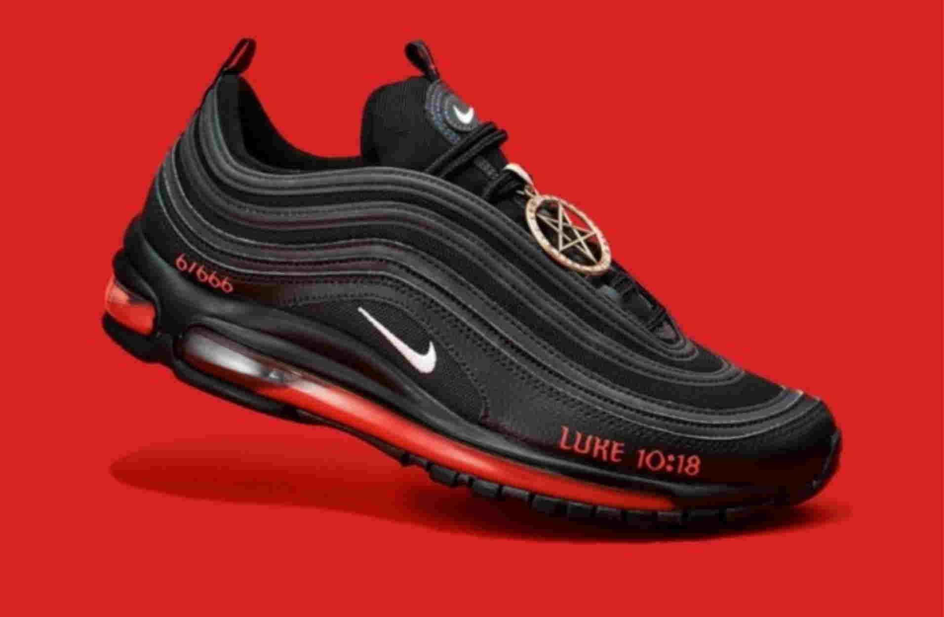 """Χαμό έχουν προκαλέσει τα """"Παπούτσια του Σατανά"""" με ανθρώπινο αίμα – Η απαντηση της Nike"""