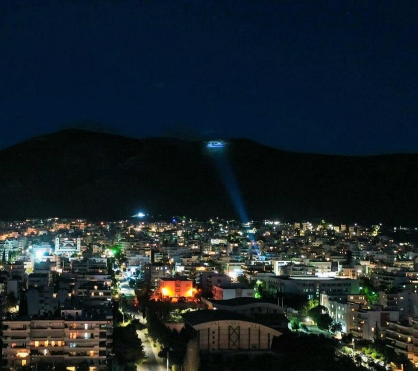 25η Μαρτίου: Γαλανόλευκη σημαία 4.000 τετραγωνικών στην κορυφή του Υμηττού[photos]