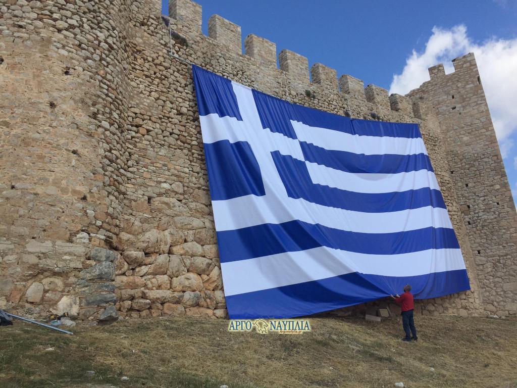 Άργος: Η τεράστια ελληνική σημαία στο κάστρο της πόλης – Έτσι τιμούν τους ήρωες του 1821 (pics)