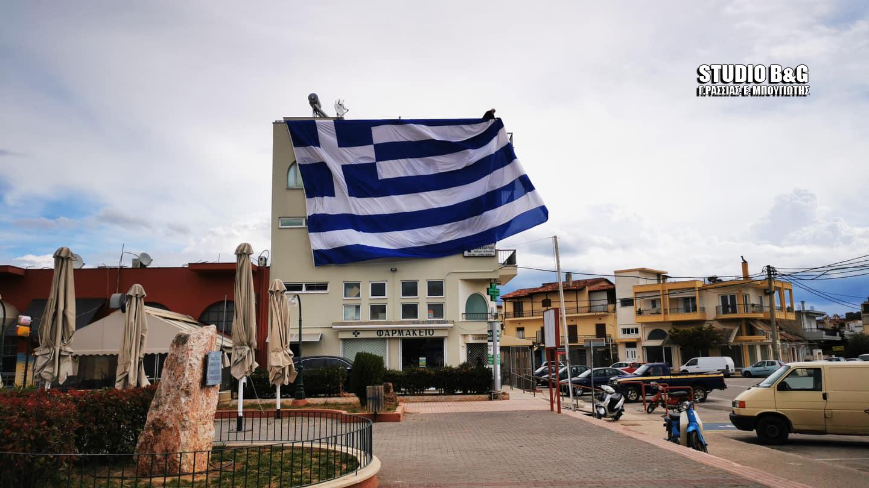 Αργολίδα: Η τεράστια ελληνική σημαία στη Νέα Κίο που κεντρίζει τα βλέμματα μικρών και μεγάλων (video)