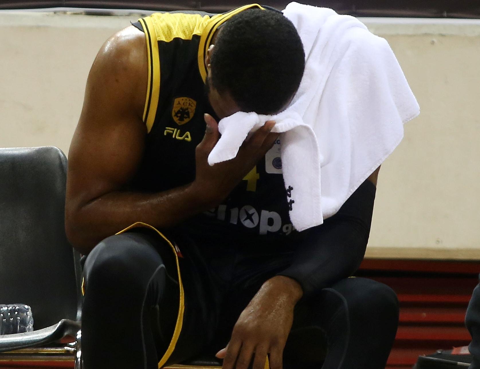 ΑΕΚ: Τραυματίστηκε ο Σλότερ κι αποχώρησε υποβασταζόμενος (pic)
