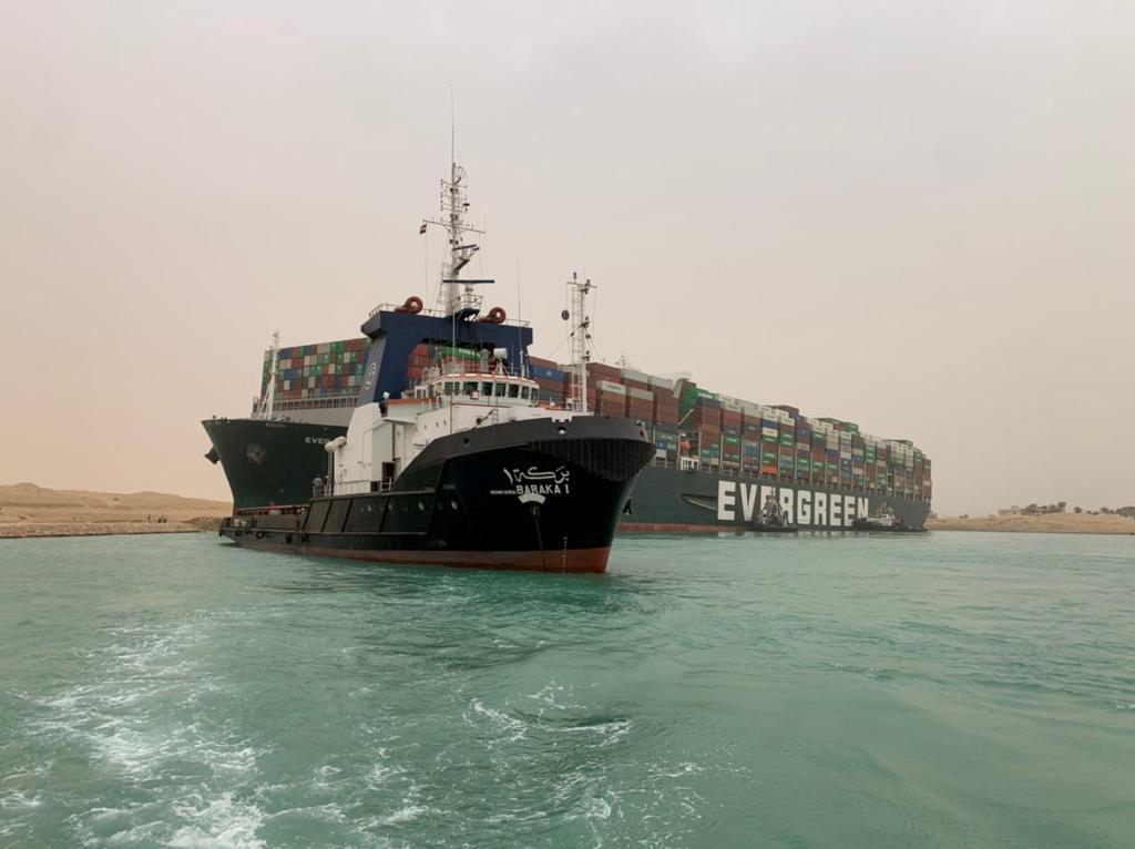 Διώρυγα του Σουέζ: Τεράστια προσπάθεια να απεγκλωβιστεί το πλοίο που προσάραξε (pics)