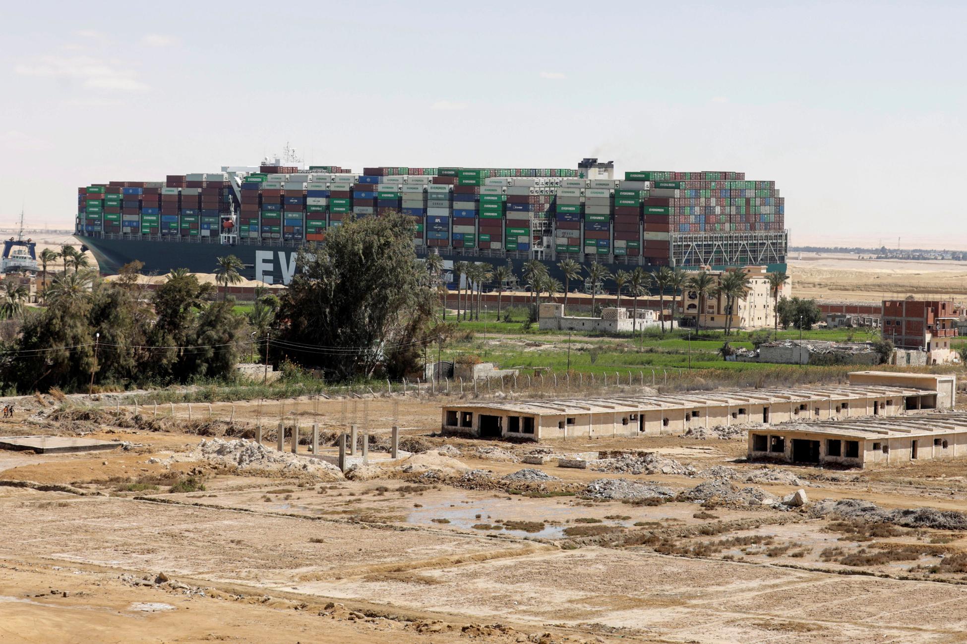 Διώρυγα Σουέζ: Θα χρειαστούν μέρες για να περάσουν όλα τα καράβια – Πονοκέφαλος για τα εμπορεύματα