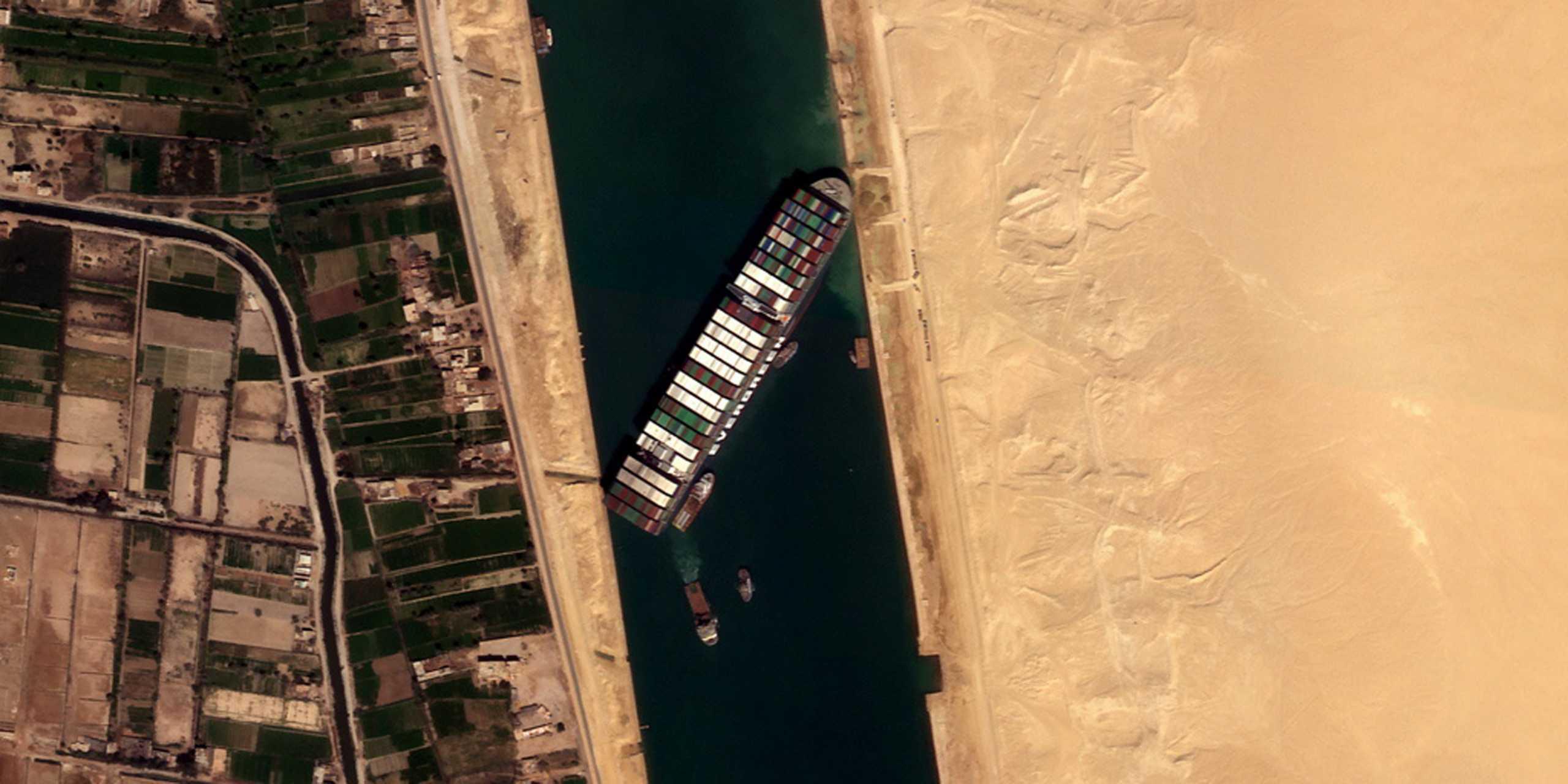Διώρυγα Σουέζ: Παραμένει κλειστή για έκτη ημέρα – Πάνω από 300 καράβια στην περιοχή
