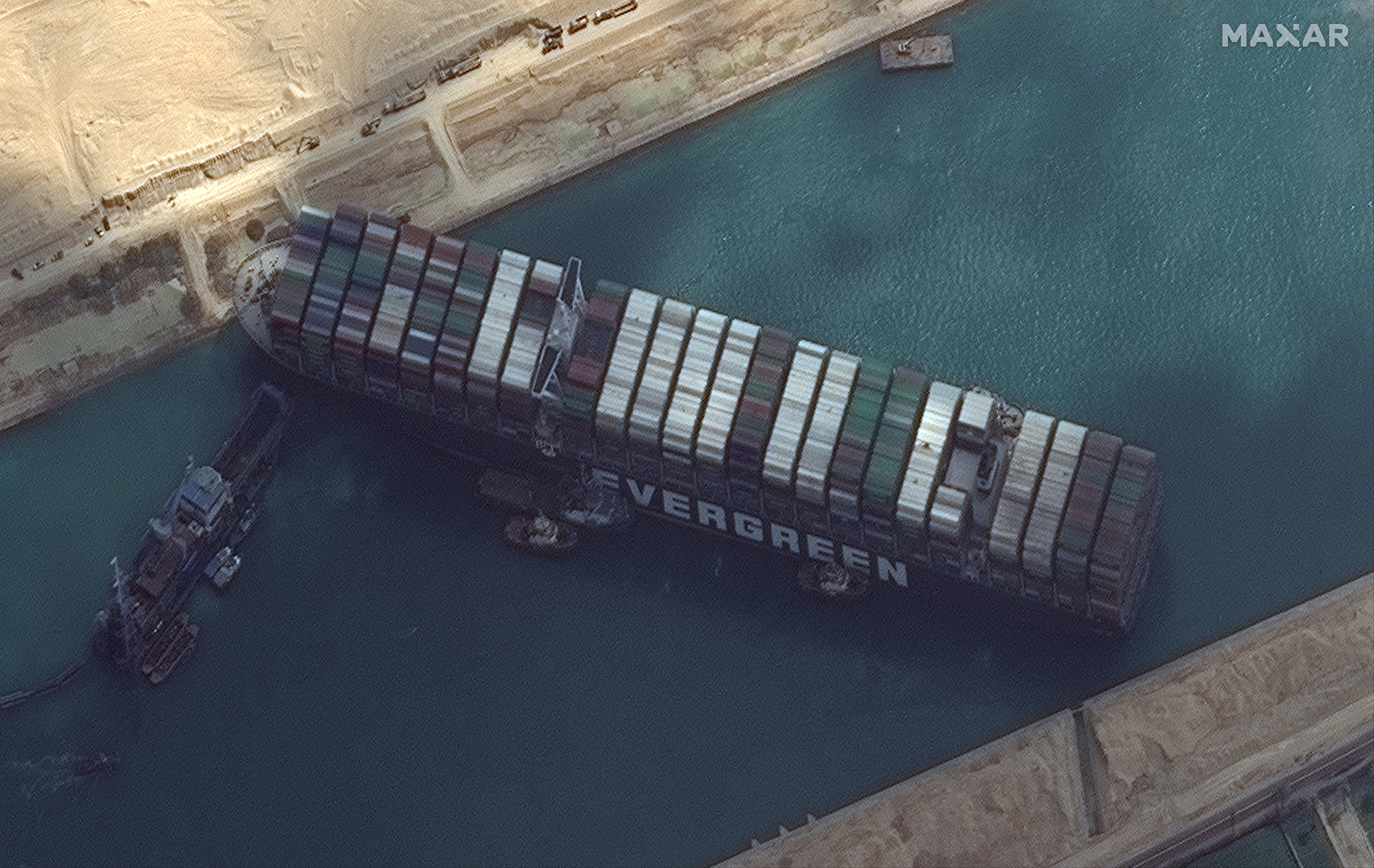 Διώρυγα Σουέζ: Συνεχίζεται η επιχείρηση ρυμούλκησης του γιγαντιαίου πλοίου (pics)