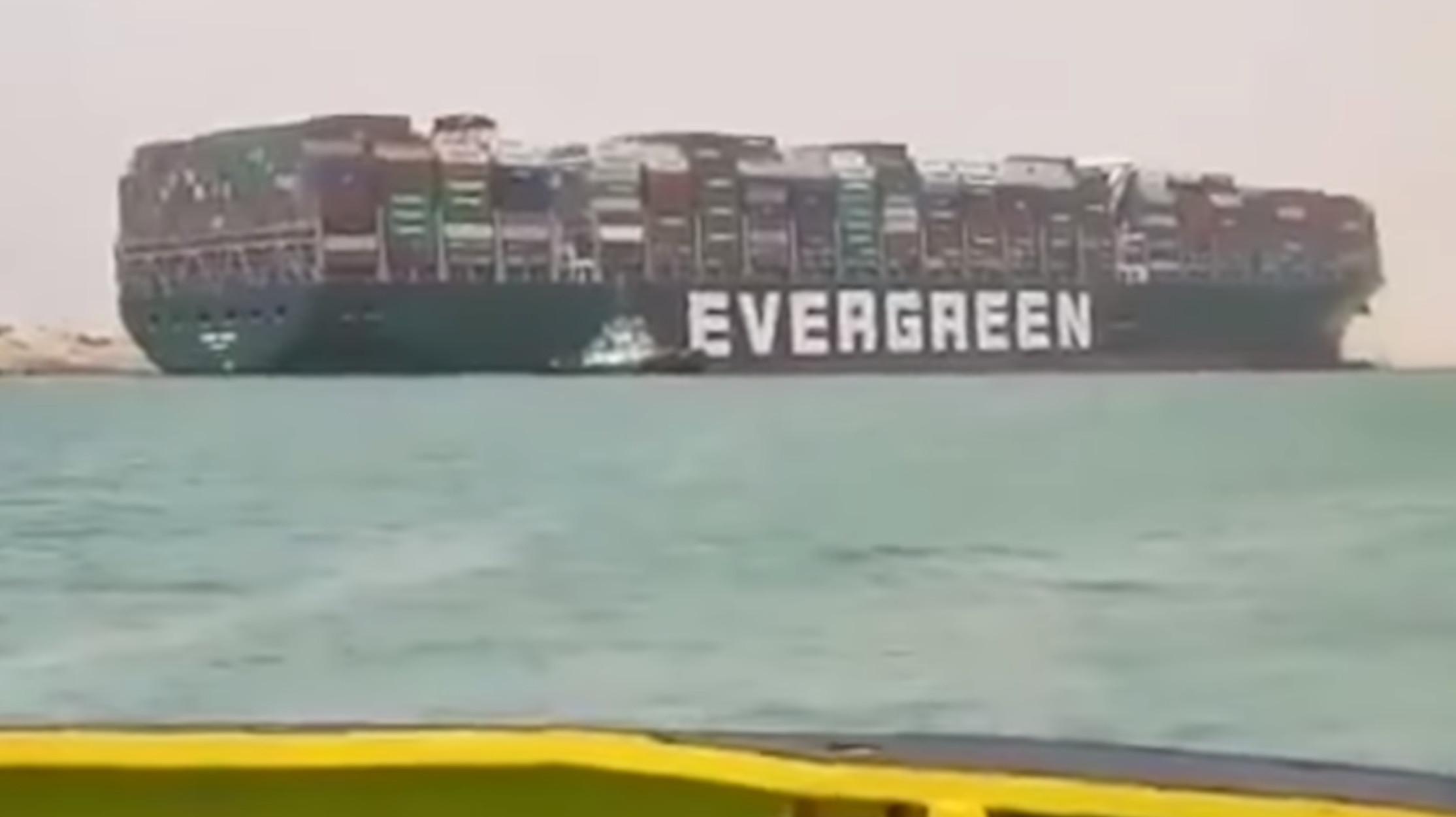 Διώρυγα του Σουέζ: Γιγαντιαίο πλοίο προσάραξε και την έκλεισε! (video)