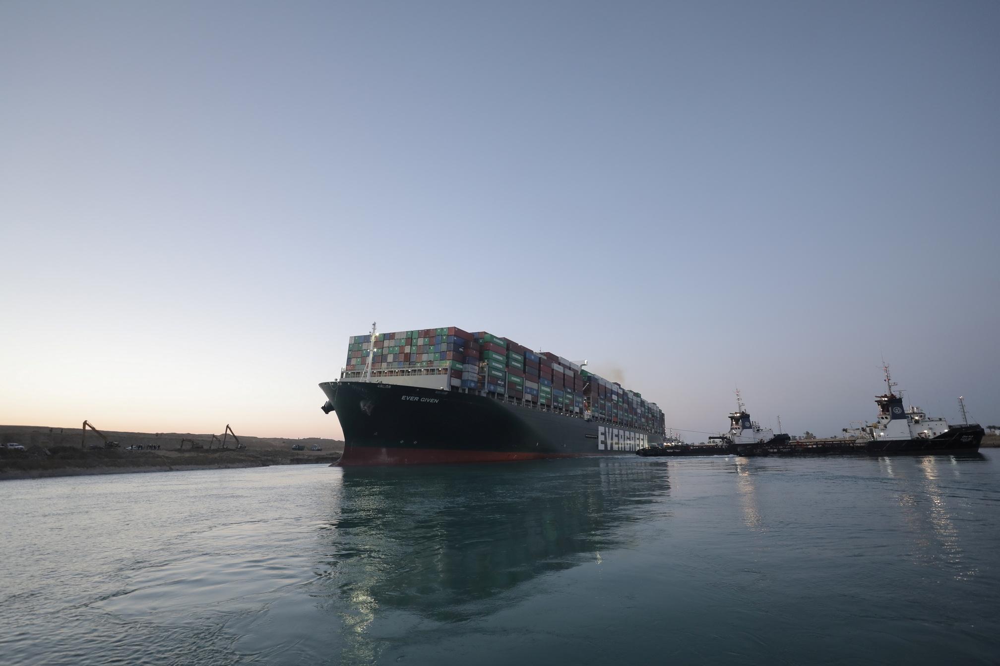 Διώρυγα του Σουέζ: Θρίλερ με το πλοίο – μαμούθ Ever Given – Κόλλησε ξανά;