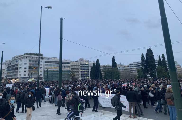 Παράλληλες συγκεντρώσεις για Κουφοντίνα και Ημέρα της Γυναίκας στο κέντρο της Αθήνας (pics)