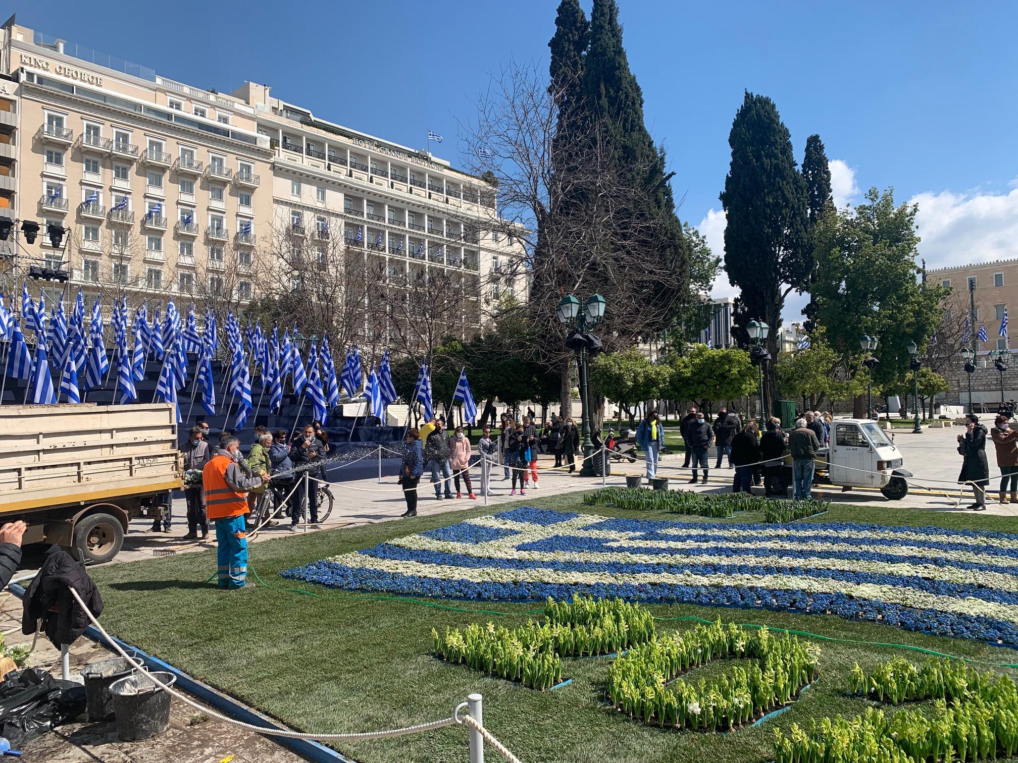 25η Μαρτίου: Το newsit.gr σας κάνει βόλτα στην στολισμένη Αθήνα (pics, video)