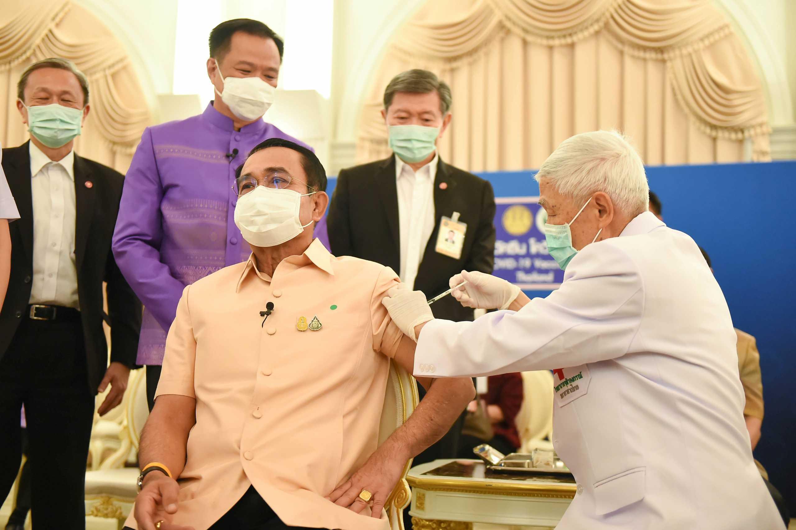 Δεν «μασάει» ο πρωθυπουργός της Ταϊλάνδης: Έκανε το εμβόλιο της AstraZeneca
