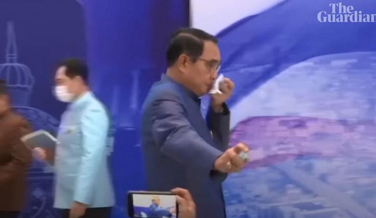 Απίστευτο σκηνικό: Ο πρωθυπουργός της Ταϊλάνδης ψέκασε δημοσιογράφους με αντισηπτικό (vid)