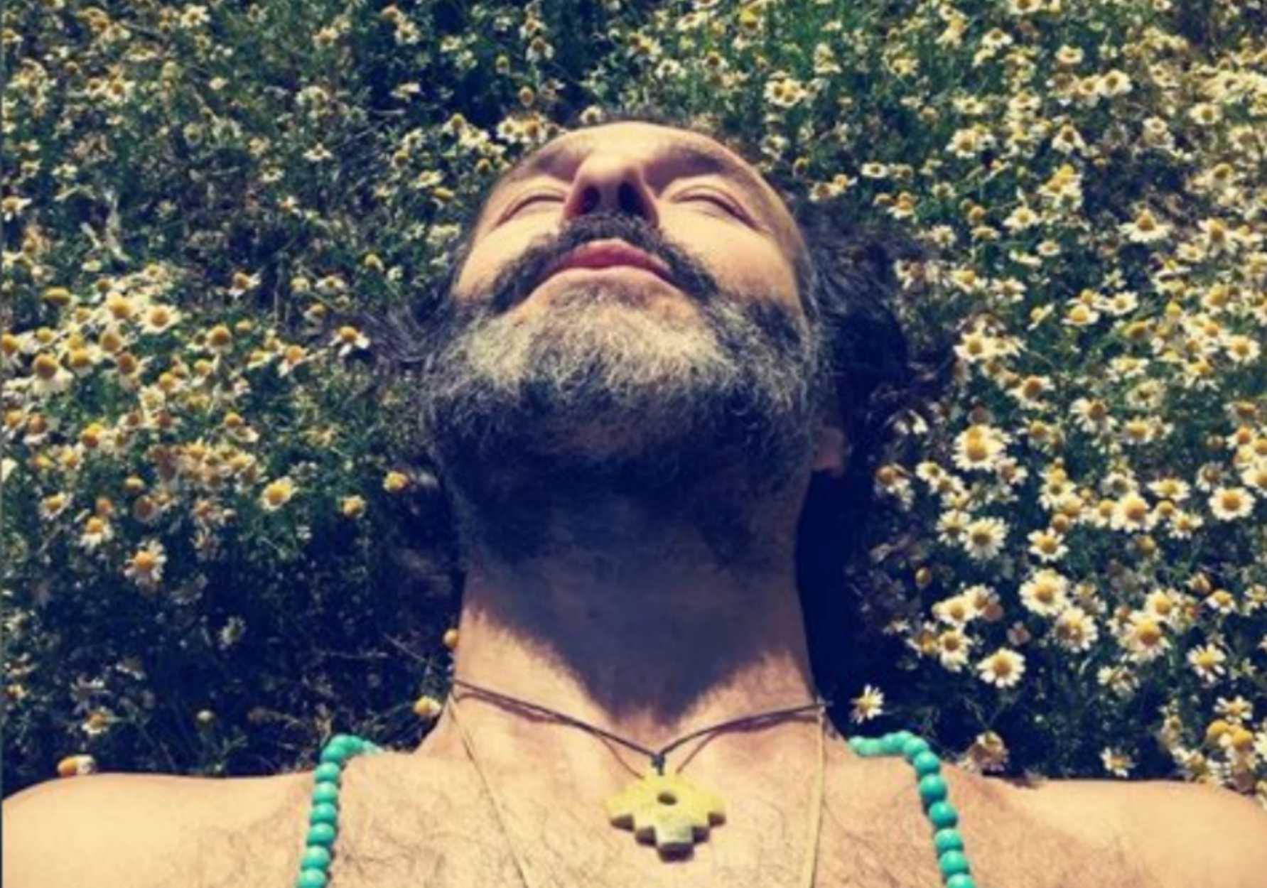 Θανάσης Ευθυμιάδης: Κάνει μπάνιο στο ποτάμι γυμνός με τους φίλους του