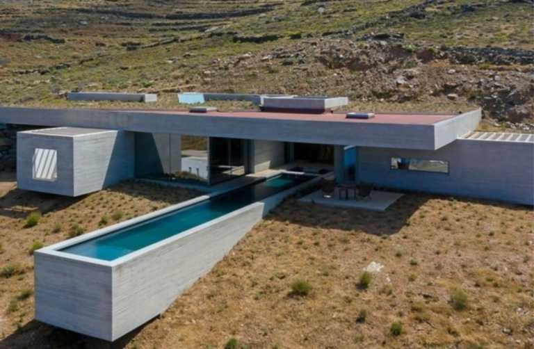 """""""The Lap Pool House"""": Η εντυπωσιακή κατοικία στην Τήνο που αποθεώνεται στα διεθνή μέσα"""