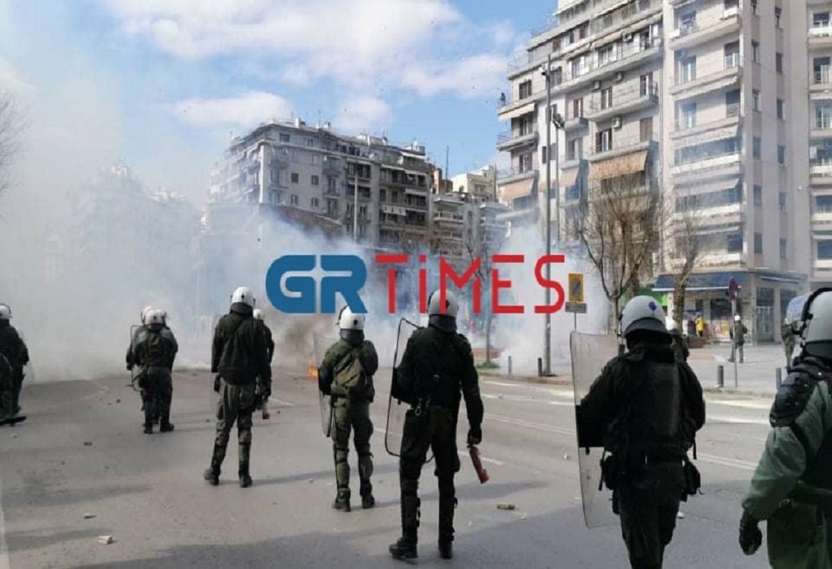 Επεισόδια στη Θεσσαλονίκη με πετροπόλεμο και χημικά