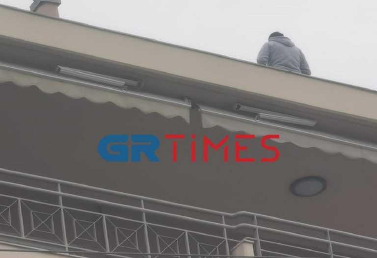 Θεσσαλονίκη: 30χρονος απειλεί να πέσει από τον 6ο όροφο πολυκατοικίας (pics, vid)
