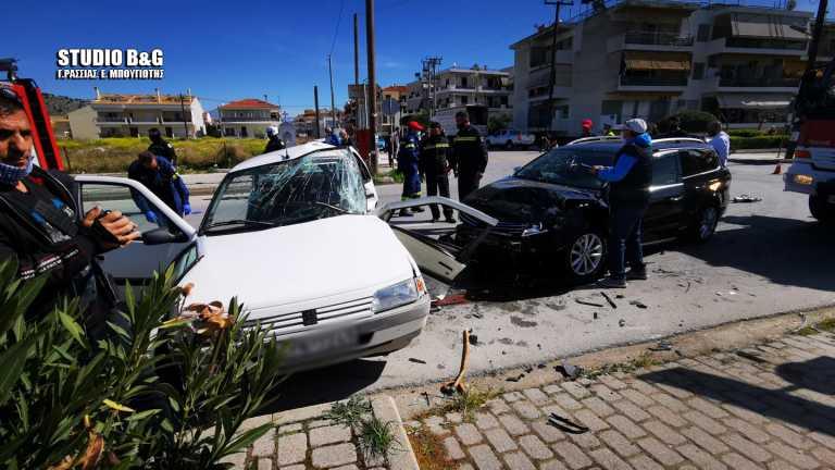 Ναύπλιο: Σοβαρό τροχαίο με δύο τραυματίες – Μάχη με τον χρόνο για τον απεγκλωβισμό ηλικιωμένου (pic)