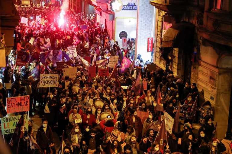 Τουρκία: Γέμισαν οι δρόμοι της Κωνσταντινούπολης από διαδηλωτές – Καταγγέλλουν τη βία σε βάρος των γυναικών