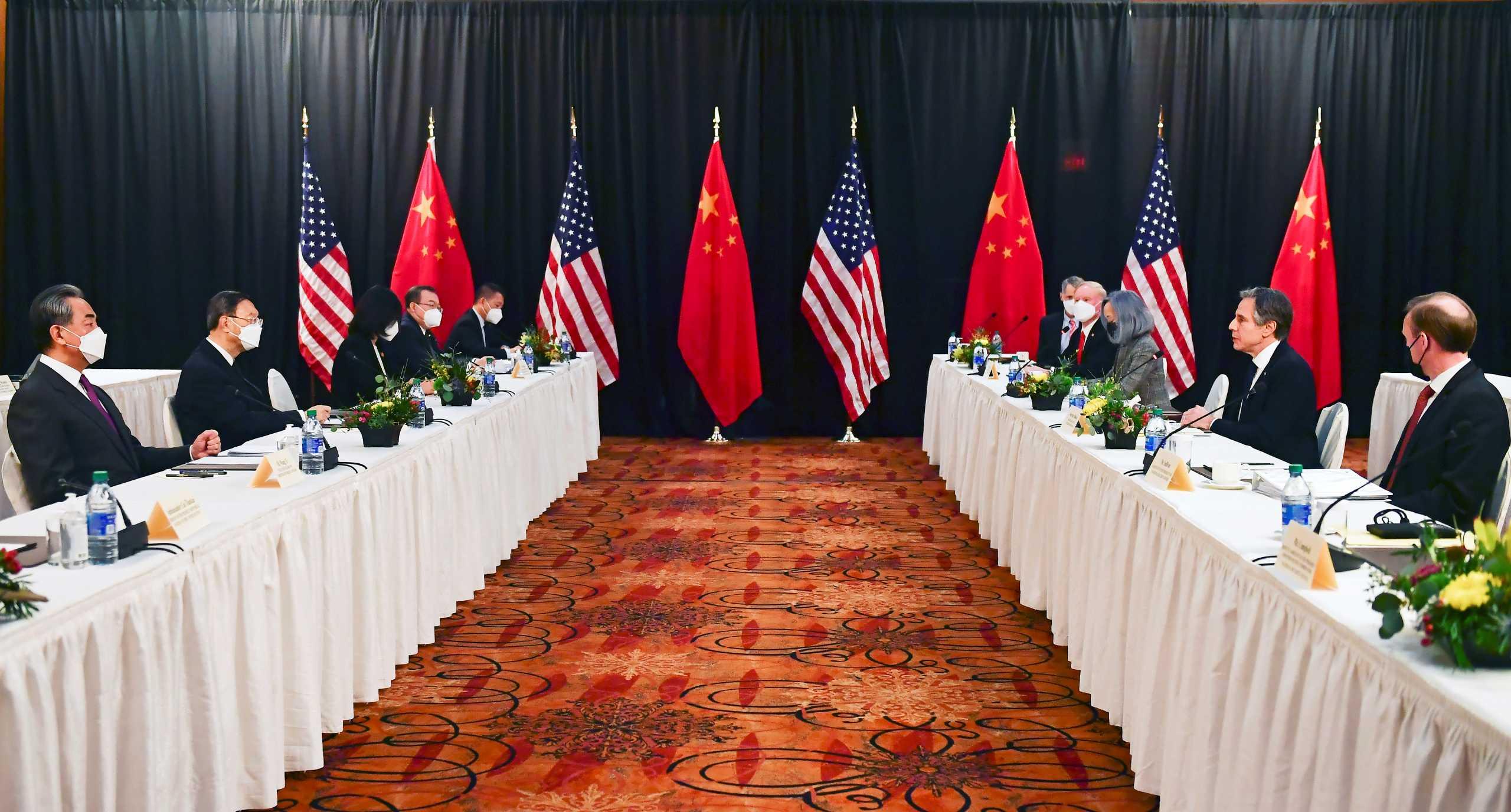 ΗΠΑ και Κίνα «σκοτώθηκαν» on camera στην Αλάσκα