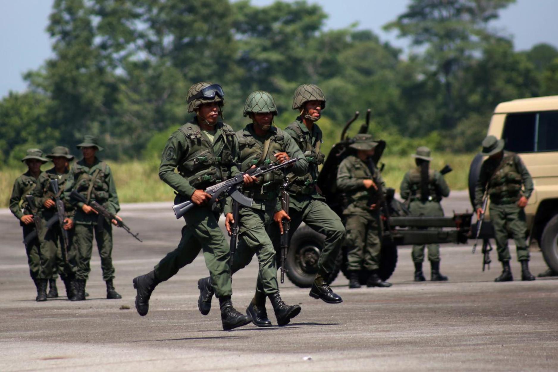 Βενεζουέλα: Σφοδρές μάχες του στρατού με ένοπλη οργάνωση της Κολομβίας
