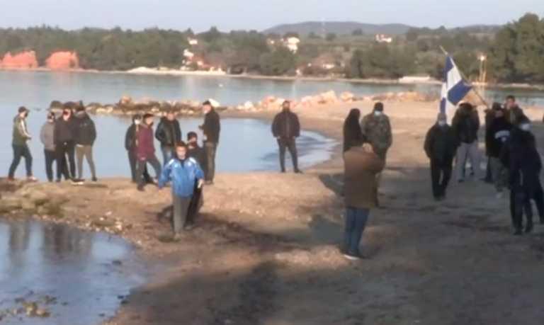 Χαλκιδική: Μπροστά κάτοικοι και πίσω μπουλντόζες – «Βάζουν ταφόπλακα στην παραλία μας» (video)